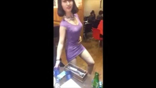 สาวเอวพริ้ว โยกอยู่คนเดียวกลางร้าน เซ็กซี่จุงเบย