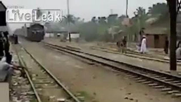นั่งหลังคารถไฟ หัวฟาดโดนสะพานร่วง