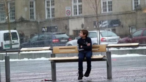 ซ่อนกล้อง ดู ปฏิกิริยา คนนอร์เวย์ เมื่อเห็นเด็กหนาว