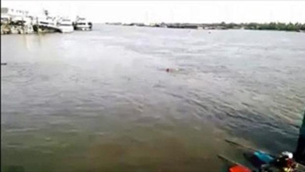 สลด! คลิปคนจมน้ำท่าคลองเตย เรือผ่านไม่ช่วย ดับ 2 ราย