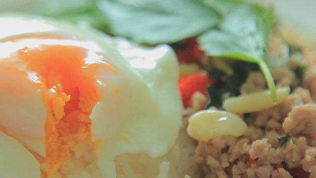 Sanook Good Stuff  - สูตรทำ ข้าวกระเพราหมูไข่ดาว ด้วย ไมโครเวฟ