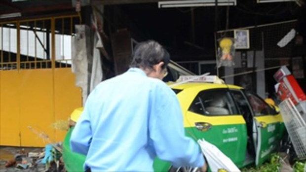 รถแท็กซี่มาแรง พุ่งชนร้านริมทาง เหตุแผ่นยางติดใต้แป้นเบรก