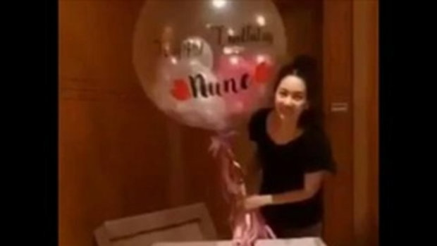 นุ่น วรนุช อายุครบ 36 ปี ได้แก๊งเพื่อนหอบของขวัญกล่องใหญ่บุกเซอร์ไพรส์ถึงที่
