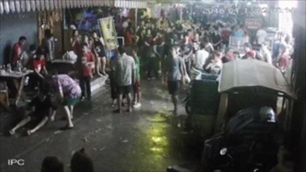 คลิปวัยรุ่นไทยรุมทำร้ายฝรั่งพ่อแม่ลูก น็อคเอ้าท์สลบยกครัว