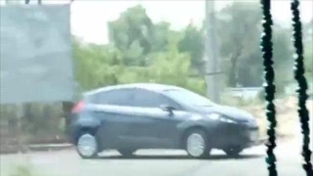 สะเทือนใจหนัก น้องหมาวิ่งไล่ตามรถเก๋งเป็นกิโล คาดถูกเอามาทิ้ง