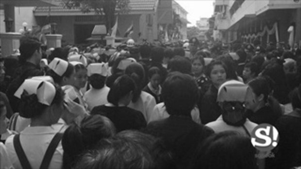 บรรยากาศปวงชนชาวไทยน้อมส่งเสด็จสู่สวรรคาลัย บริเวณโรงพยาบาลศิริราช