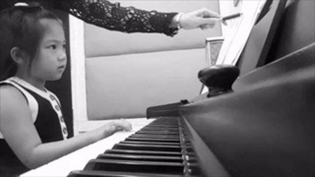 น้องวันใหม่ เล่นเปียโนเพลงสรรเสริญพระบารมี