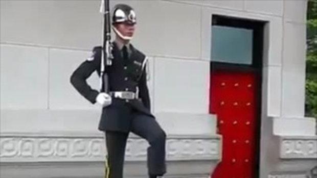 เคยเห็นทหารผลัดเปลี่ยนเวรกันหรือเปล่า!!