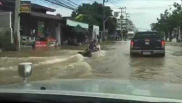 น้ำท่วมเพชรบุรี ชาวบ้านเอาเรือยาวมาขับบนถนน