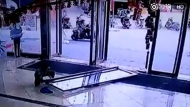 ประตูกระจกห้างดังจีน หลุดล้มทับเด็ก 3 ขวบ กระดูกหักทั่วร่าง