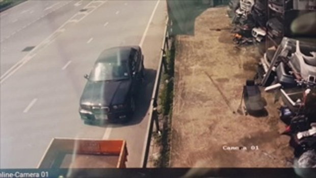ชายเคราะห์ร้ายลงจากรถหรู แท็กซี่พุ่งชนร่างลอยละลิ่ว