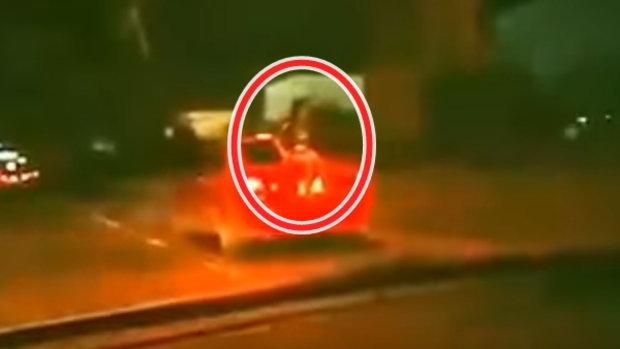แห่แชร์! คลิปสาวนั่งท้ายรถ สะพรึงทั้งถนนนึกว่าเป็นผี