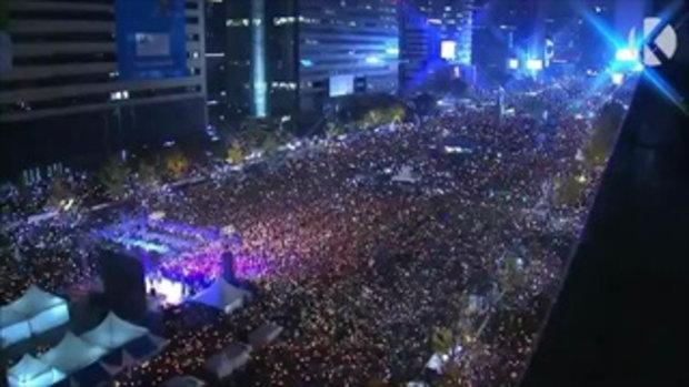 ผู้ประท้วงเกาหลีใต้เล่นเวฟ ขับไล่ประธานาธิบดี สมกับเป็นประเทศ K-pop