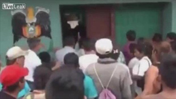 ชาวบ้านเดือด บุกจับนักโทษฆ่าข่มขืนเด็ก 4 ขวบ รุมประชาทัณฑ์ แขวนคอจนตาย