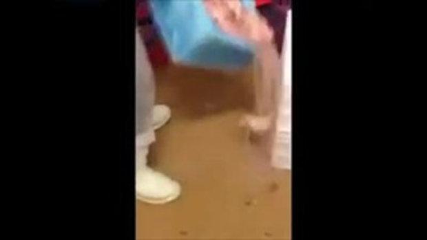 พนักงานร้านไก่ทอดชื่อดัง ใช้เท้าหมักไก่ ยอมรับทำมานานกว่า3 ปี