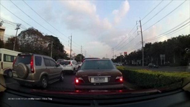 คลิปว่อนอีก คนขับปิกอัพฉุนไม่ยอมให้แทรกเลน ลงมายืนด่ากลางถนน!!