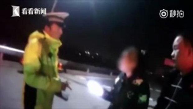 สาวเมาแล้วขับ อาละวาดป่วนด่านตำรวจ ถอดเสื้อ-วิ่งไปยึดแขนตำรวจ