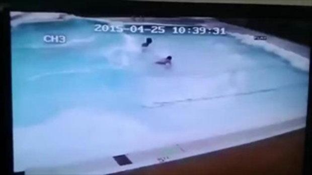 คลิปแผ่นดินไหว ขณะคนกำลังว่ายน้ำ น่ากลัวมาก