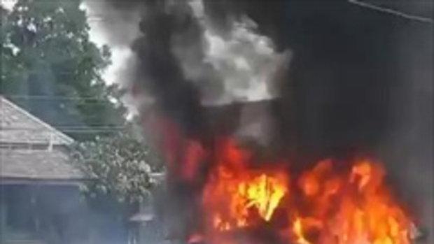เเตกตื่น! รถสิบล้อระเบิดกลางถนน ไฟลุกท่วมวอดทั้งคัน ระดมดับกว่า 2 ชม.
