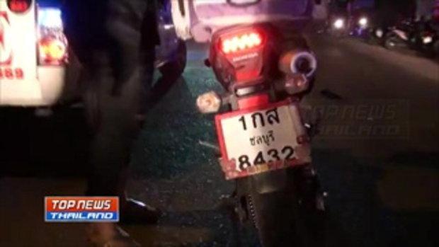 2 นักศึกษาวิทยาลัยพาณิชย์ชื่อดัง ขี่รถจักรยานยนต์ชนรถกระบะที่ออกมาจากข้างทาง อาการสาหัส