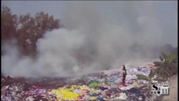Sakorn News : เจ้าของบ่อเลี้ยงกุ้งโร่แจ้งดับเพลิงถูกมือดีจุดไฟเผาเศษผ้า หลังหาซื้อมาถมที่ปรับเป็นสวน
