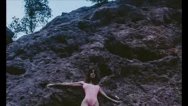 ซาร่า มาลากุล มันยกร่อง จัดหนักความเซ็กซี่ สยายความแซ่บกลางโขดหิน