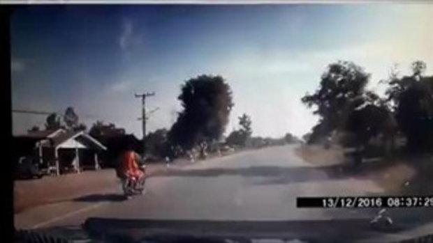 สุดโหด ! คลิปนาทีรถชนมอเตอร์ไซค์จนคนขี่ปลิว ร่างกระเด็นลอยขึ้นบนฟ้า