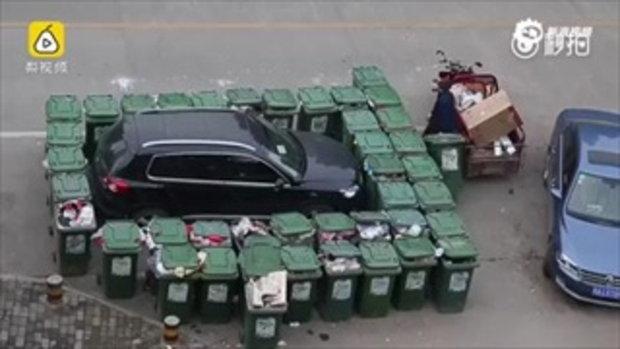 รถเอสยูวีคันหรูถูกพนักงานเก็บขยะเข็นถังขยะกว่า 40 ถังวางรอบรถ