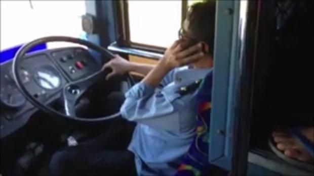 คนขับรถโดยสาร  คุยโทรศัพท์   เล่นไลน์  และกินหมูปิ้ง