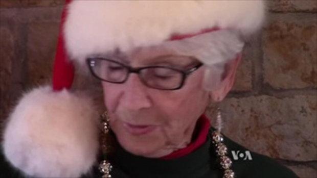 อาสาสมัครที่เมืองซานตาครอส รัฐอินเดียน่า ช่วยตอบจดหมายเด็กที่ส่งจดหมายถึงซานต้า