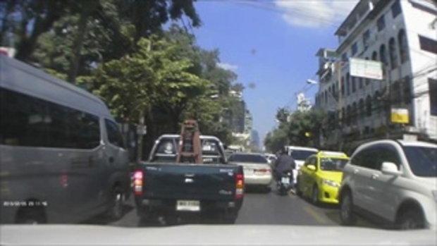 นาทีระทึก!! รถบรรทุก 6 ล้อ แหกด่าน หนีตำรวจ ชนแหลก กลางกรุง
