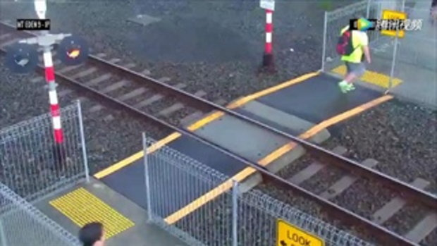 หวาดเสียว! หญิงข้ามทางรถไฟไม่สนสัญญาณเตือน ซ้ำไม่มองให้ดี