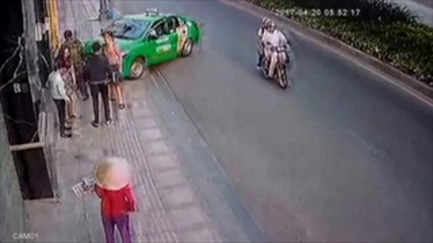 แท็กซี่ใจเด็ด เห็นโจรกระชากกระเป๋า หักรถชนสกัดไว้ทันที