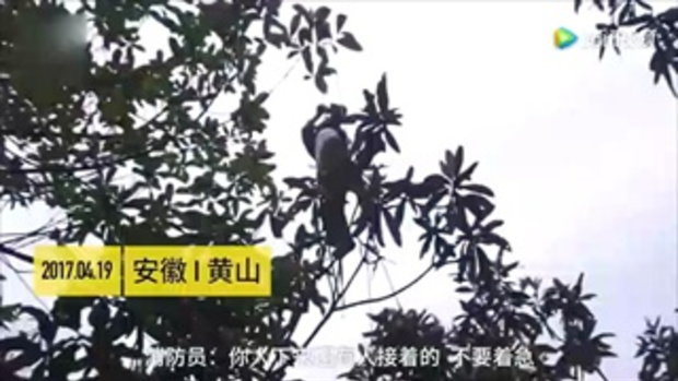กู้ภัยจีนช่วยชายวัย 60 ขึ้นไปปรับแก้สายไฟ เกิดตัวติดห้อยต่องแต่ง