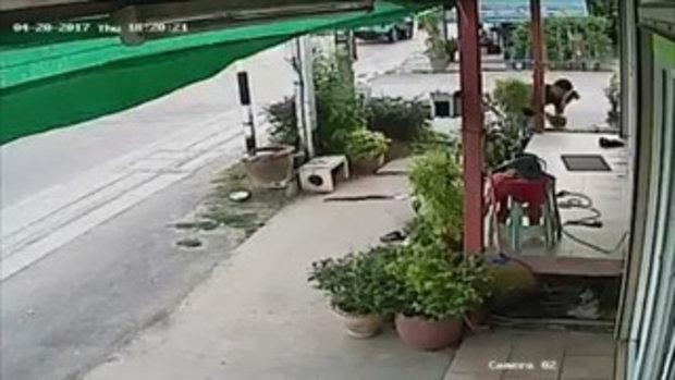 ระทึก คลิปรถ 10 ล้อล้อหลุดพุ่งชนบ้านริมถนน หน้าบ้านเละกระจาย
