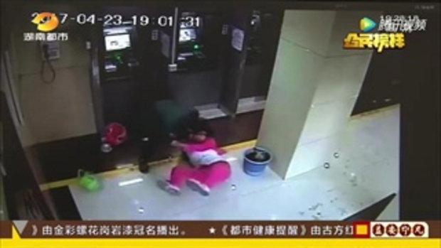 ชายจีนปล้นหญิงกด ATM โดยไม่รู้ที่กดเงินอยู่ตู้ข้างๆ กันคือตำรวจ