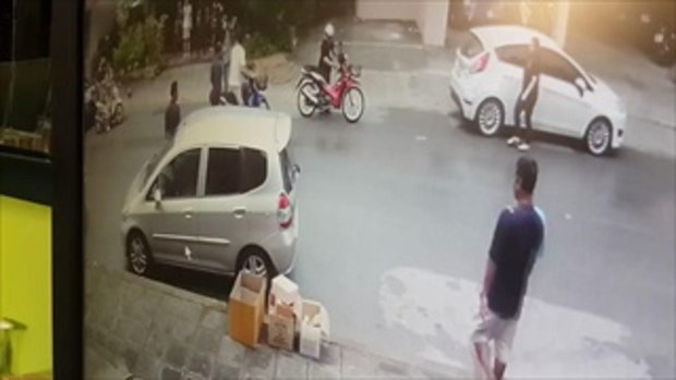 ชาวเน็ต สวดยับ! ตำรวจขี่ จยย. ซ้อน 4 ล้มกลางถนน เเล้วพาลชาวบ้าน