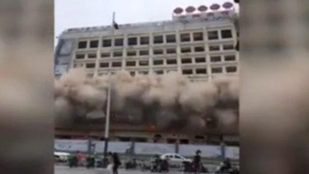 ไม่ธรรมดา!! วินาทีการระเบิดรื้อถอนตึกของจีน ทำเอาผู้คนแตกตื่นนึกว่าตึกถล่ม
