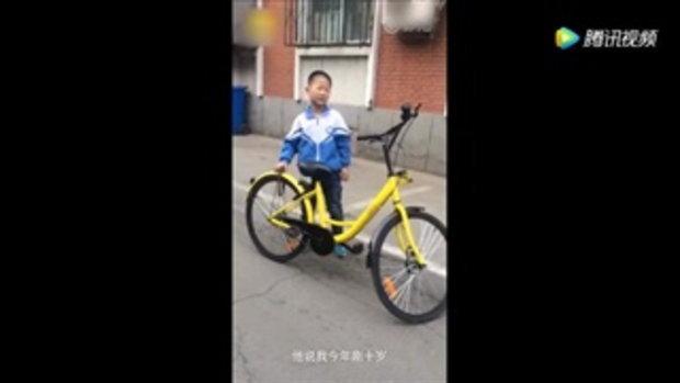 คนชม อาตี๋จูงจักรยานไปส่งตำรวจ หลังเจอถูกล็อกจอดไว้