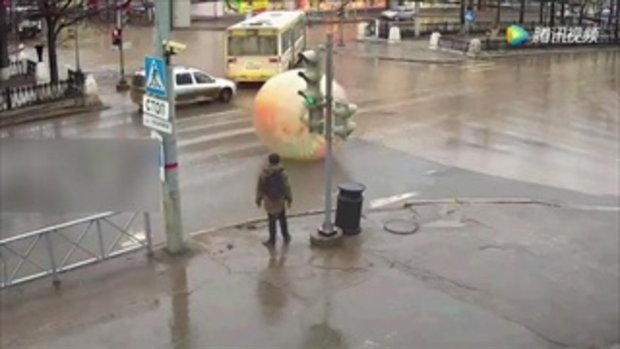 หนุ่มรัสเซียเล่น zorb ball บนถนน วิ่งปั่นราวหนูแฮมสเตอร์