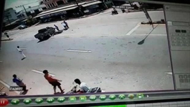 คลิปวินาทีหนุ่มขี่ จยย. พุ่งชนกระบะกลับรถอย่างจัง ตำรวจรับฟันธงไม่ได้ใครผิด