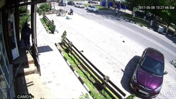 หนุ่มขี่ จยย.มิดไมล์ ชนเด็กขี่จักรยานที่เดินข้ามถนนกลิ้ง