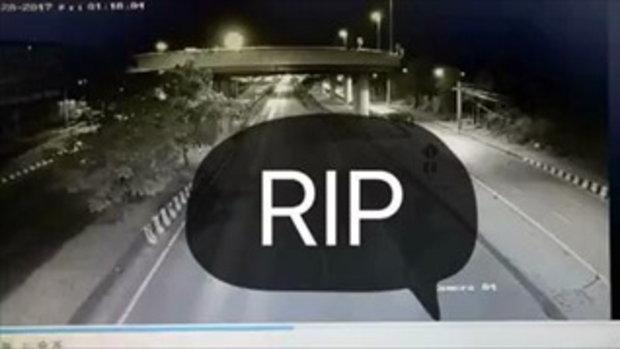 หนุ่มขับจยย.ตกสะพานสูง โดนรถด้านล่างเหยียบซ้ำแล้วซ้ำเล่าอย่างไม่ปราณี