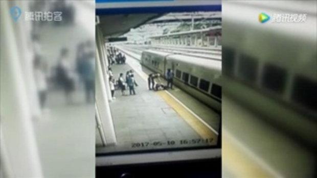 ระทึก! สาววิ่งให้รถไฟชน พนักงานถลาคว้าตัวรอดหวุดหวิด