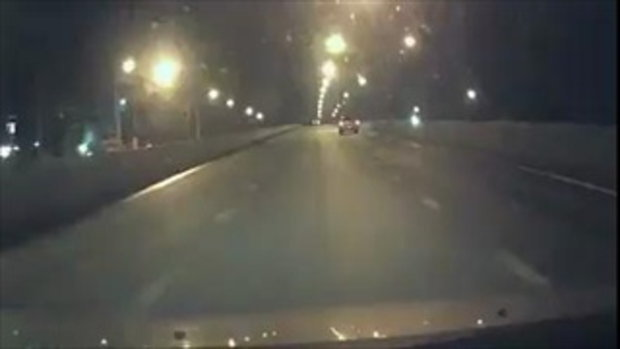 นาทีระทึก! ดวงซวยแท้ ขับอยู่ดีๆ เจอเก๋งซิ่งชนกลางสะพาน เสียหายยับเยิน