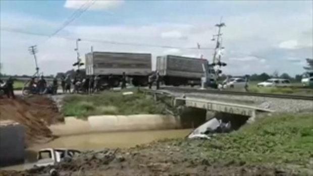 ขับกระบะซิ่งฝ่าที่กั้นรถไฟ กลับถูกชนเต็มแรงตกคูน้ำ ชิ้นส่วนรถกระจาย ก่อนเสียชีวิตสลดที่รพ.