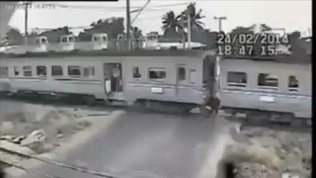นาทีชีวิต คลิปมอเตอร์ไซต์ฝ่าเครื่องกั้นทางรถไฟ ถูกชนเข้าอย่างจัง