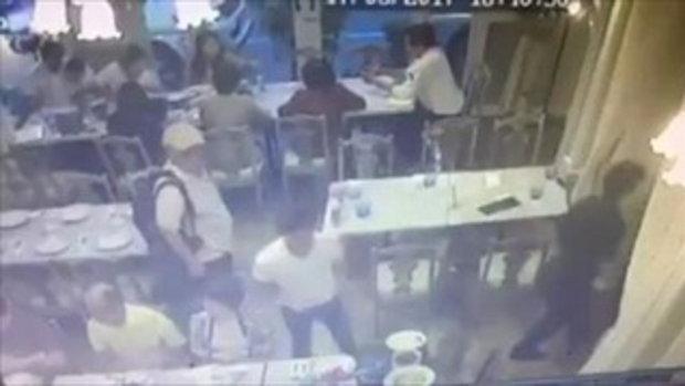 เตือนระวังไว้! ฝรั่งมือไว ทำทีหาที่นั่งในร้านอาหารก่อนฉกกระเป๋าหนีไปดื้อๆ