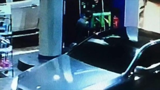 กล้องจับภาพได้! ตำรวจขับรถเบนซ์ป้ายแดงมาเติมน้ำมัน แล้วชักดาบ