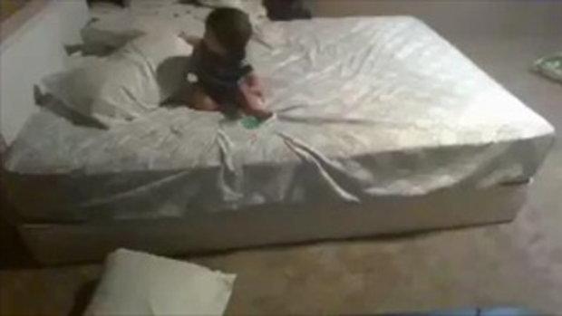 ทึ่ง!!! ในความฉลาดของเด็กน้อย ที่หาวิธีลงจากเตียง ทำอย่างไร (ชมคลิป)